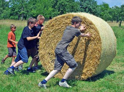 Station games: bale of straw race